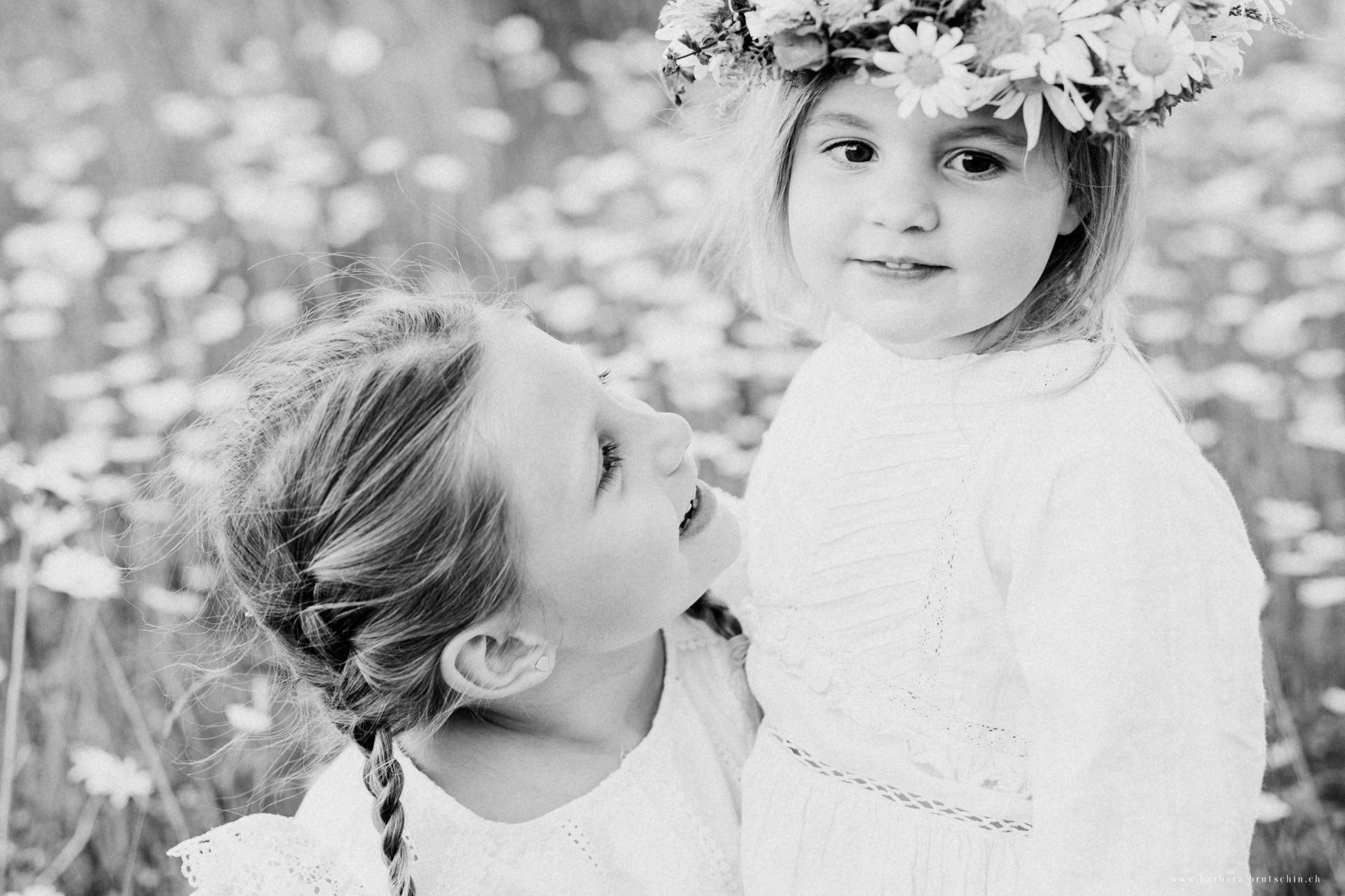 Blumenmädchen Kinderoutdoorshooting Zug